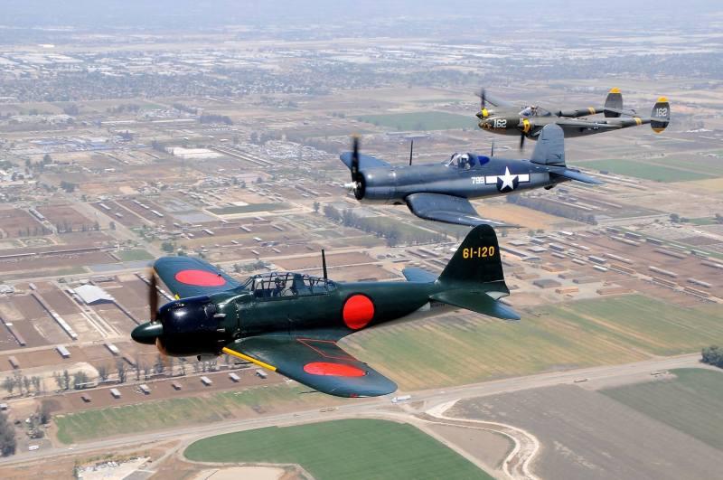 F4U-1Aコルセア、P-38Jライトニングと編隊飛行するゼロ戦52型