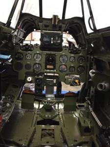 操縦席も計器が取り付けられ、ほぼ完成しました。