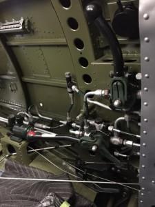 右手で操作する、ギアレバー、フラップレバー、ハイドロシステムも完成しました。これらのレバーを操作するには操縦桿を一度左手に持ち替えなければならないため、ギアの出し忘れを防ぐフェイルセーフが実現されています。
