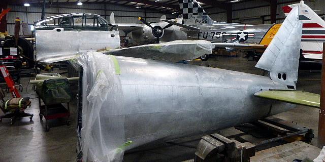 分解整備中のゼロ戦52型