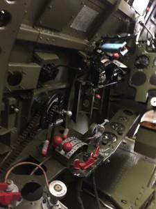 操縦席左側。左手で操作するスロットル、プロペラレバー、ミクスチャー、トリムタブも、燃料ゲージも装着されました。