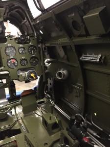 操縦席右側。計器は左上から昇降度計、油圧計、回転計。左下から吸入圧力計、油温計、シリンダ温度計。